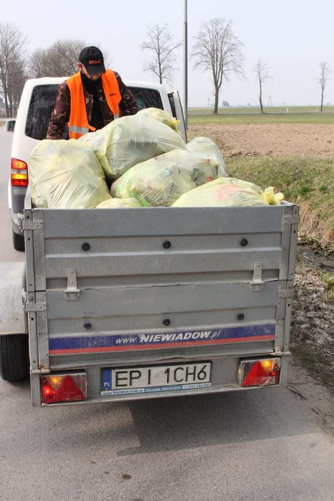 Zakończyła się akcja sprzątania rowów oraz poboczy na terenie Gminy Rozprza