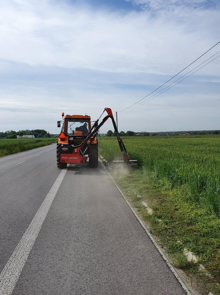 Trwa wykaszanie poboczy na terenie gminy Rozprza
