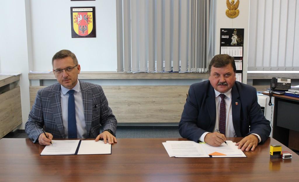 Wójt Gminy Rozprza Janusz Jędrzejczyk podpisuje umowę  z Wicemarszałkiem Województwa Łódzkiego Zbigniewem Ziembą