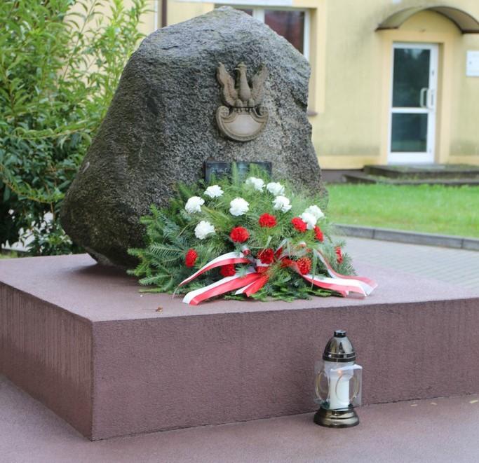 Kwiaty na pomniku