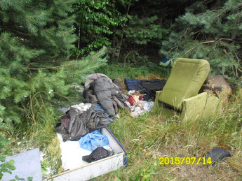 Galeria Śmieci w lesie