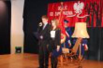 """Galeria """"Katyń... ocalić od zapomnienia"""" uroczyste sadzenie Dębu Pamięci ku czci Jana Kardasa w Gimnazjum w Rozprzy 30 kwietnia 2014"""
