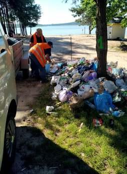 Galeria Zalegające śmieci przy zbiorniku wodnym w Cieszanowicach