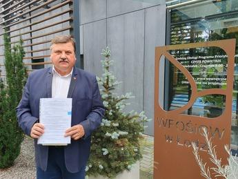 Wójt Gminy Rozprza Janusz Jędrzejczyk po podpisaniu umów w WFOŚiGW w Łodzi