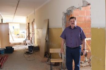 Wakacyjny remont Szkoły Podstawowej w Rozprzy z wójtem Januszem Jędrzejczykiem
