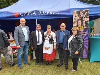 Rol-Szansa - na zdjęciu Zastępca Wójta Artur Cubała oraz odznaczeni rolnicy oraz panie z KGW